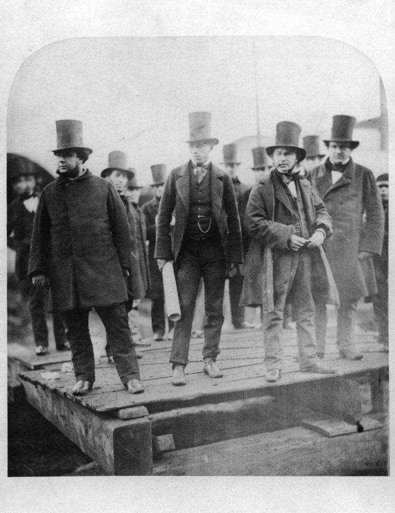 Brunel fumando un puro en la botadura del Great Eastern.
