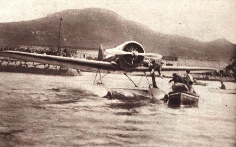 Momento en que los Lindbergh abordan de nuevo su hidroavión para partir desde Santoña, era el 13 de noviembre de 1933.