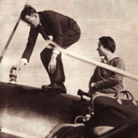 El piloto norteamericano y su mujer, momentos antes de partir de Santoña.