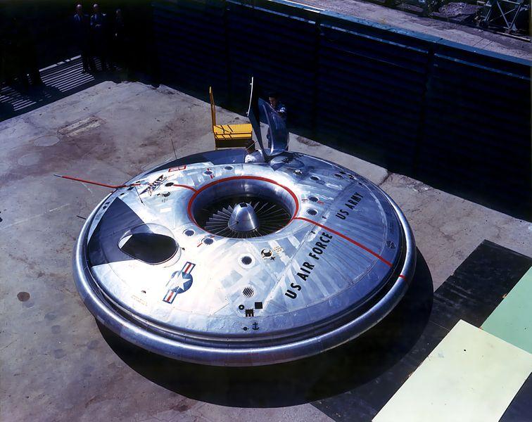 """La expresión """"platillo volante"""" (que Kenneth Arnold no refirió para la forma de los OVNIs que afirmó haber visto sino por su comportamiento), nunca estuvo mejor empleada que en este caso. (PD)."""